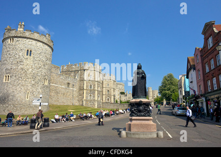 Visitors and tourists outside Windsor Castle, Windsor, Berkshire, England, United Kingdom, Europe - Stock Photo