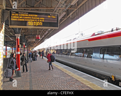 Virgin Voyager intercity train arrives at Warrington Bank Quay Railway Station, bound for Euston. Looking south - Stock Photo