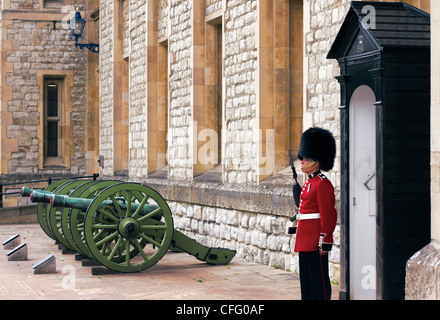 Army Guard outside the Jewel House in the Tower of London. - Stock Photo