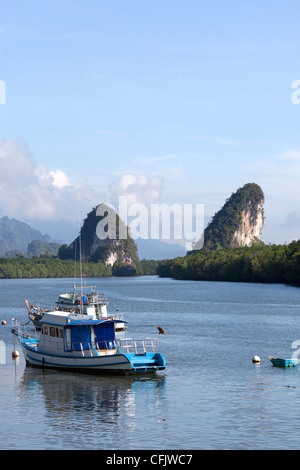 Stunning karst formations near Krabi (Thailand). Formations karstiques originales près de Krabi (Thaïlande). - Stock Photo