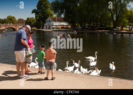 Warwickshire, Stratford on Avon, young family feeding swans and ducks on River Avon - Stock Photo