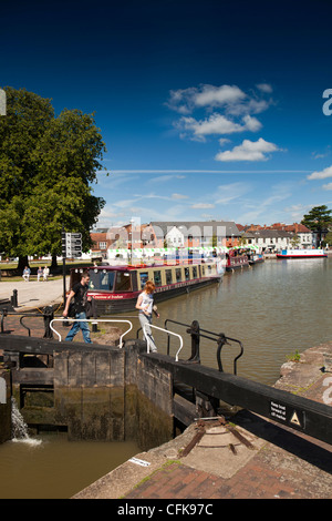 Warwickshire, Stratford on Avon, visitors crossing canal on lock gate bridge - Stock Photo
