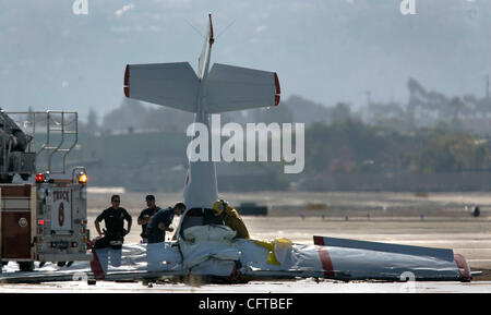 December 31, 2006. San Diego, California, USA_   El Cajon police, investigators  fire fighters gather around a plane - Stock Photo