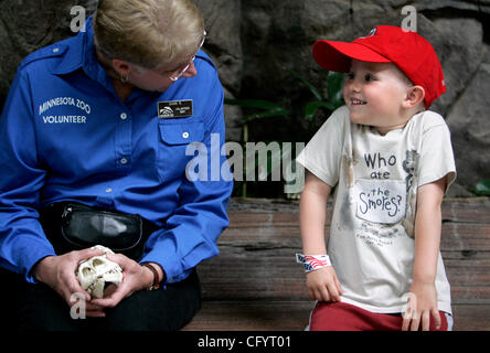 May 26, 2007 - Apple Valley, MN, USA - Minnesota Zoo volunteer SHARI RIEN, discussed the Komodo Dragon skull with - Stock Photo