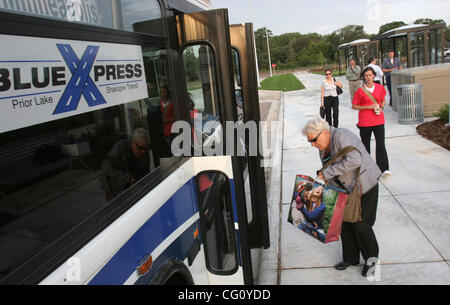 Commuters board the Blue Express bus in Shakopee Monday morning for downtown Minneapolis. Monday was the first day - Stock Photo