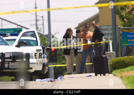 Law enforcement officials investigate the scene of a shooting Thursday, August 2, 2007 in Elk Grove. Police shot - Stock Photo