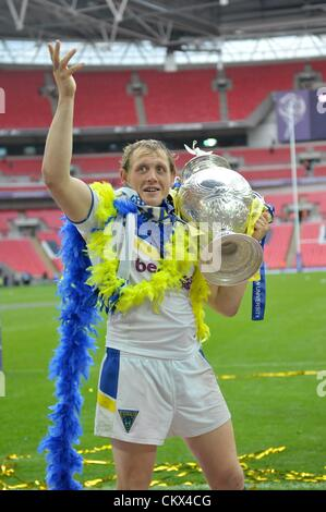 25th Aug 2012. London, England.  Ben Westwood with the cup during the Carnegie Challenge Cup Final between Leeds - Stock Photo
