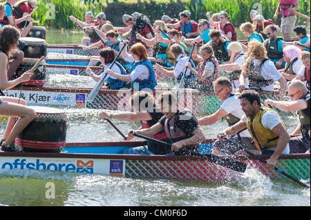 CAmbridge, UK. 8th September 2012. Competitors enjoy the late summer weather at the Cambridge Dragon Boat Festival, - Stock Photo