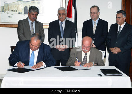 May 22, 2008 - Ramallah, West Bank, Palestinian Territory - Palestinian President Mahmoud Abbas (Abu Mazen) signs - Stock Photo