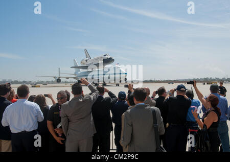 NASA Shuttle Carrier Aircraft carrying space shuttle Endeavour taxis after landing at Los Angeles International - Stock Photo