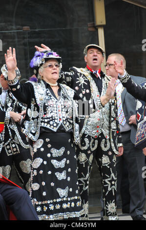 Guildhall Yard, London, UK. 30th September 2012. Pearly Kings & Queens sing 'Maybe its because I'm a Londoner'. - Stock Photo