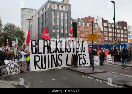 London, UK. 17th October 2012. Sparks, RMT Union and the Shop Steward's Network blocking traffic as they picket - Stock Photo