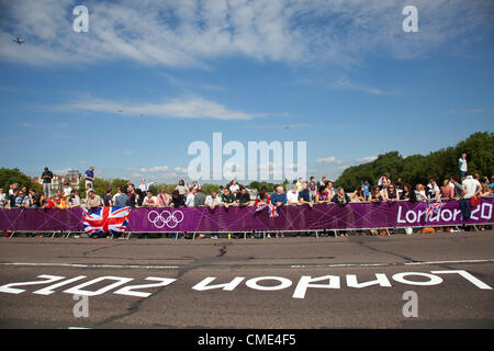 London, UK. Saturday 28th July 2012. On Putney Bridge in London, the crowd prepare for the Men's Team Road Race - Stock Photo