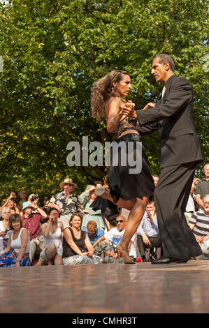 12th Aug 2012. Professional dancers Raquel Greenberg and partner demonstrating tango demonstrating tango in Regents - Stock Photo