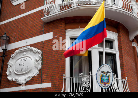 London, UK. Thursday 16th August 2012. Ecuadorian flag outside the Ecuador Embassy as information arrives that Julian - Stock Photo