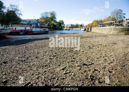Twickenham, UK. Newly exposed river bed of the Thames at Twickenham, as a result of the RICHMOND LOCK AND WEIR DRAW - Stock Photo