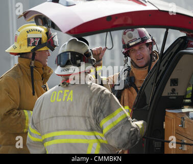 Dana Point, California, USA. 5th Nov, 2013. An OCFA Firefighters confer just outside a home in the 2600 block of - Stock Photo