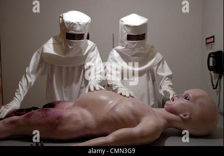 ALIEN AUTOPSY (2006) JONNY CAMPBELL (DIR) 002 MOVIESTORE COLLECTION LTD - Stock Photo