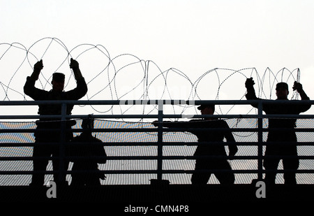 U.S. Army National Guard soldiers put up concertina wire near the site of the 2004 Democratic National Convention - Stock Photo