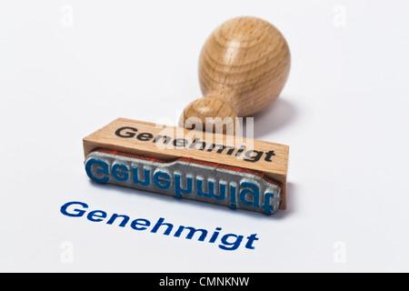 Detailansicht eines Stempels mit der Aufschrift Genehmigt | Detail photo of a stamp with inscription in German allowed - Stock Photo