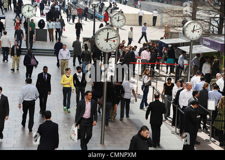 Lunchtime for office workers in Canary Wharf. - Stock Photo