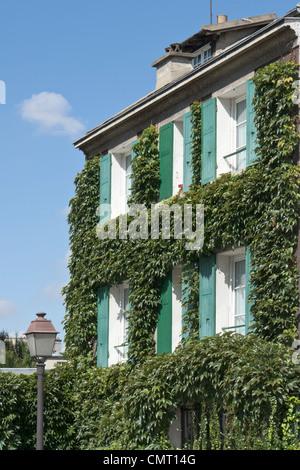 Ivy-covered house, rue Saint Vincent, Montmartre district of Paris, France - Stock Photo