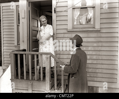 ... 1940s 1930s MAN DOOR-TO-DOOR SALESMAN TALKING WOMAN TO HOUSEWIFE AT BACK DOOR  sc 1 st  Alamy & 1930s 1940s TWO DOOR-TO-DOOR SALES SALESMEN TALKING TO HOUSEWIFE AT ...