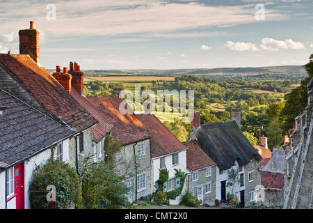 The iconic and classic view from Gold Hill in Shaftesbury, Dorset. The houses here date from the 17th century. - Stock Photo
