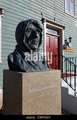 Norway, County of Troms, Tromso, statue of the explorer Roald Amundsen ( 1872-1928 ) in front of the offices of - Stock Photo