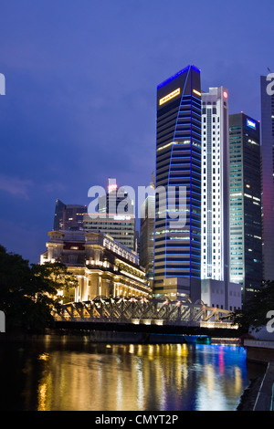 Fullerton Hotel Cavenagh bridge, Skyline of Singapur, South East Asia, twilight - Stock Photo