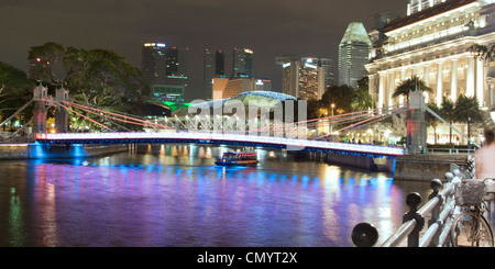 Singapur river, Footbridge, Cavenagh bridge, Fullerton Hotel, Skyline of Singapur, South East Asia, twilight - Stock Photo