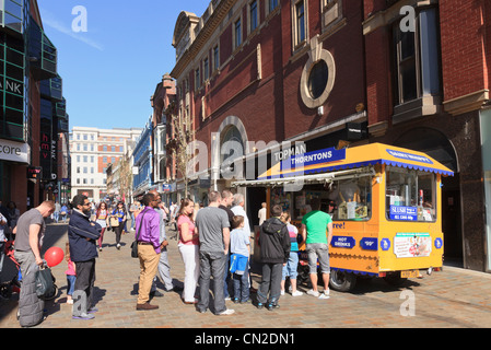 Briggate, Leeds, West Yorkshire, England, UK. Large queue of people queueing to buy from an ice cream kiosk in city - Stock Photo
