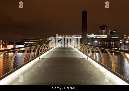 Millennium Bridge towards Tate Modern, London, UK - Stock Photo
