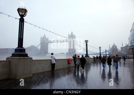 United Kingdom, London, Southwark, Lond walk from City Hall (City Hall) on the South shore, the Tower Bridge in - Stock Photo