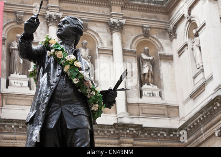 United Kingdom, London, Piccadilly, Royal Academy of Arts founded by king George III in 1768, statue of first academy - Stock Photo