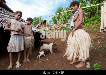 Vanuatu, Penama Province, Pentecost Island, Bunlap, mother in traditional clothing and her children, in front of - Stock Photo