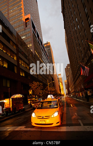 United States, New York, Manhattan, taxi on the corner of 7th Avenue - Stock Photo