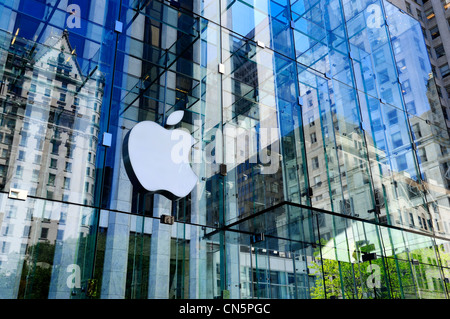 United States, New York City, Manhattan, Apple store on the 5th Avenue, reflecting the Plazza - Stock Photo
