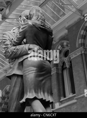 Paul Day's sculpture 'The Meeting Place' at King's Cross St Pancras station - Stock Photo