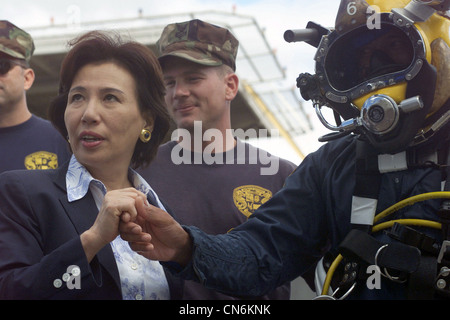 Her Excellency Makiko Tanaka, Minister of Foreign Affairs, Japan, shakes hands with US Navy (USN) Chief Boatswain's - Stock Photo