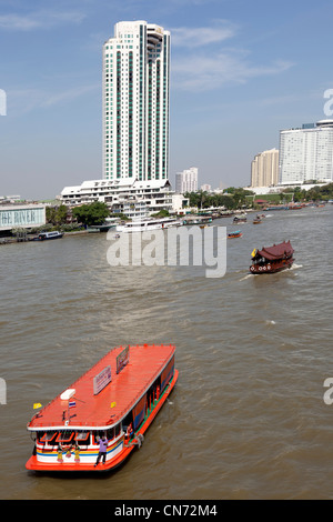 A brightly-coloured regular taxi boat on the Chao Phraya river (Bangkok) Bateau taxi coloré sur le fleuve Chao Phraya - Stock Photo