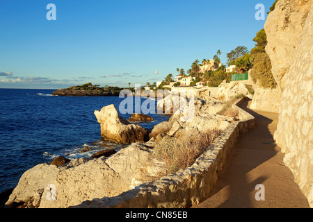 France, Alpes Maritimes, Cap d'Ail, the coastal trail, Pointe des Douaniers in the background - Stock Photo