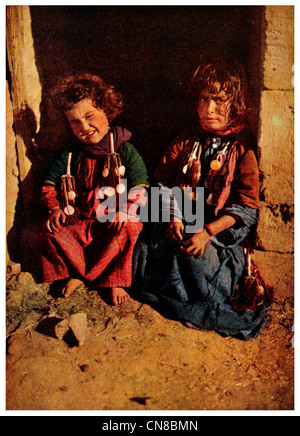First published 1914 Samaria district sisters sat in doorway - Stock Photo
