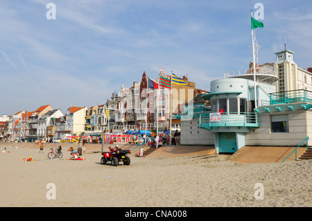 France, Nord, Malo les Bains, lifeguards headquaters on the beach crowded with tourists with tourists - Stock Photo