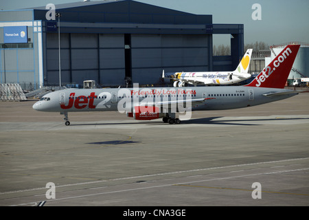 JET2 BOEING 757-21B AIRCRAFT G-LSAH MANCHESTER AIRPORT TERMINAL 1 26 March 2012 - Stock Photo