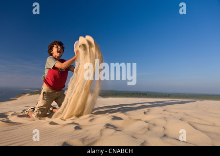 France, Gironde, Bassin d'Arcachon, La Teste de Buch, Dune du Pyla (the Great Dune of Pyla), playing with sand and - Stock Photo