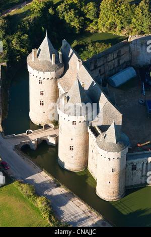 France, Morbihan, Presqu'île de Rhuys, Sarzeau, Chateau de Suscinio (aerial view) - Stock Photo