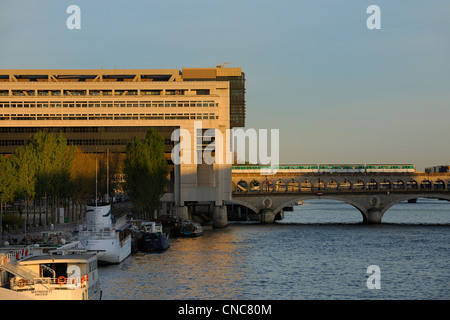 France, Paris, Pont de Bercy and Ministry of the Economy and Finances by the architects Paul Chemetov and Borja - Stock Photo