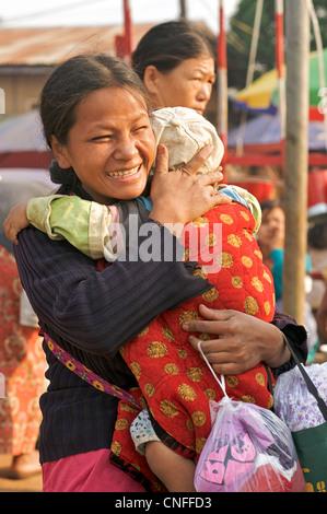 Burmese mother carrying child, Naung Mon, Lashio, Burma. Myanmar - Stock Photo