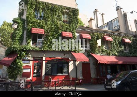 Ivy covered building, Marais district, Paris - Stock Photo